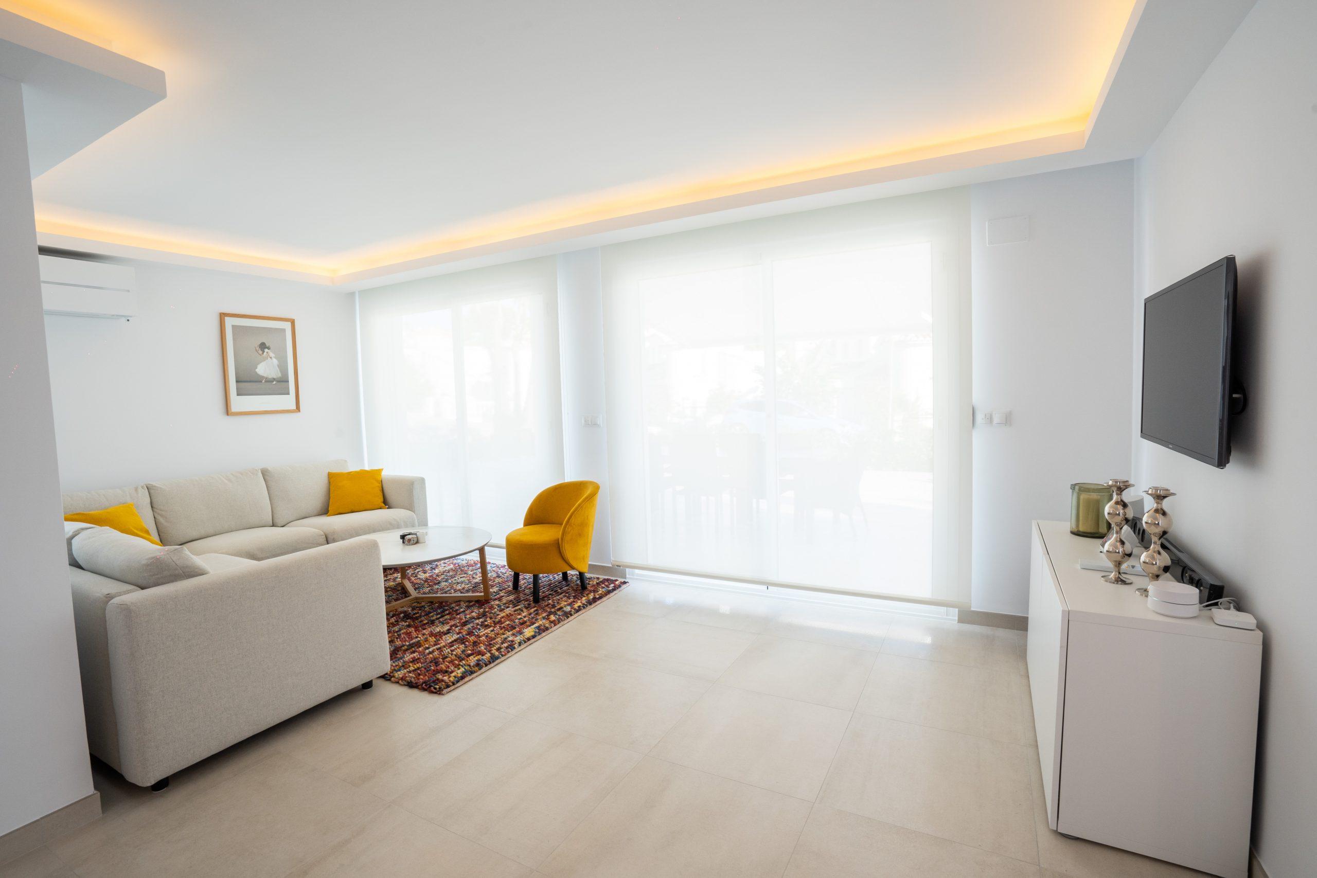 reforma salón villa con luminaria interior (2)